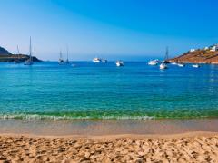 02_Boats-at-anchor-or-on-shore-near-the-sea.-mykonos